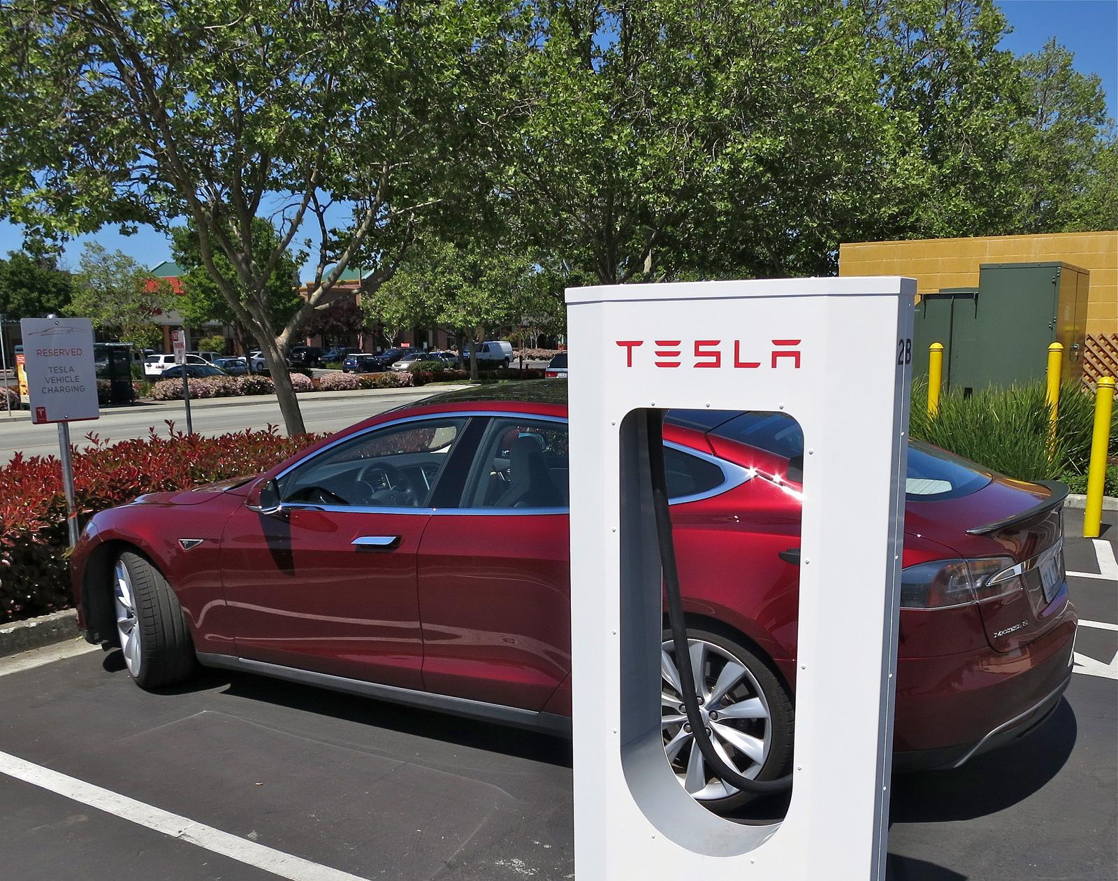 """""""Tesla Supercharging in Gilroy"""" unter CC-BY-SA2.0 Lizenz von flickr.com von jurvetson"""